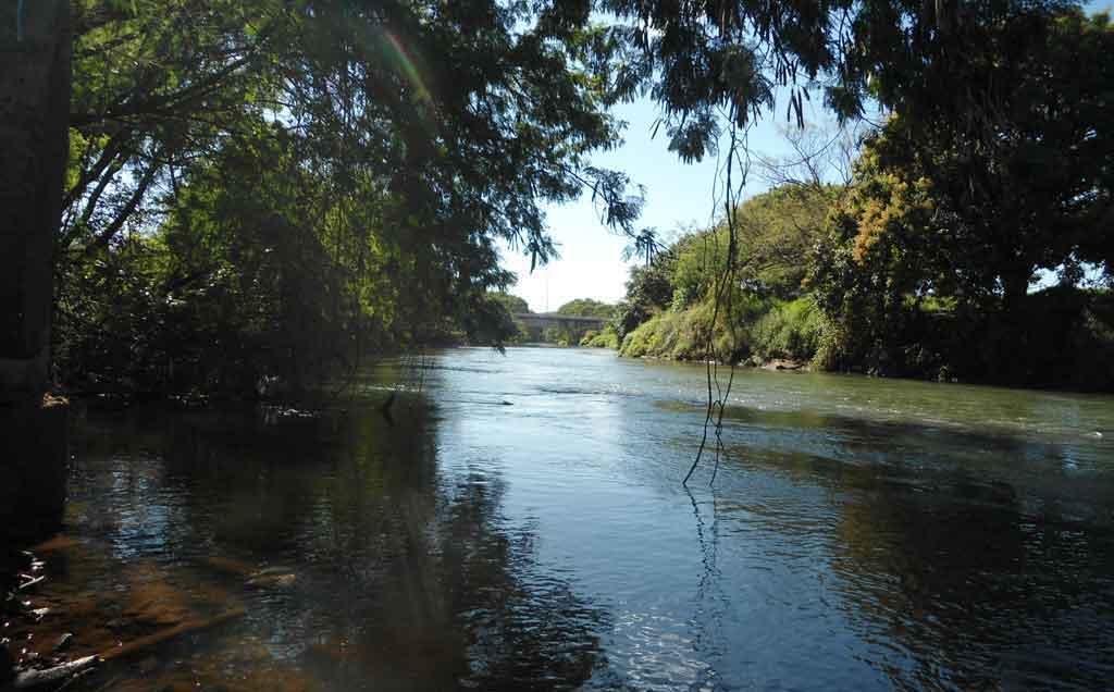 Ponte no final da Av. Fernando Vilela, vista do lado de cima do rio