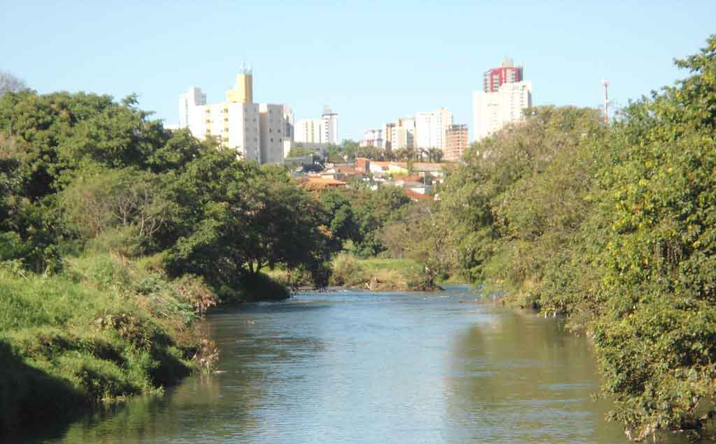 Rio Uberabinha, ilha e cidade ao fundo...