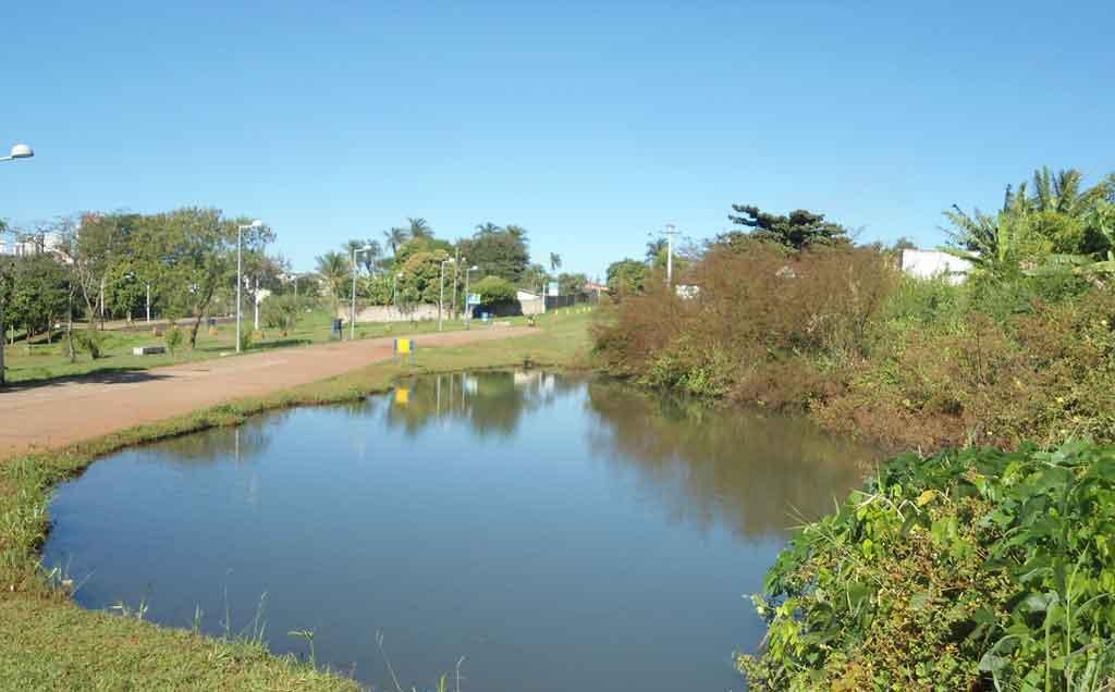 Um dos lagos do parque linear...